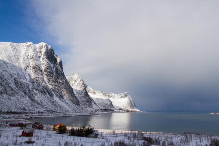 Polare lavtrykk gav store kontraster til omgivelsene. Blå himmel og sol innover land, sorte skyer og snøbyger på havet.